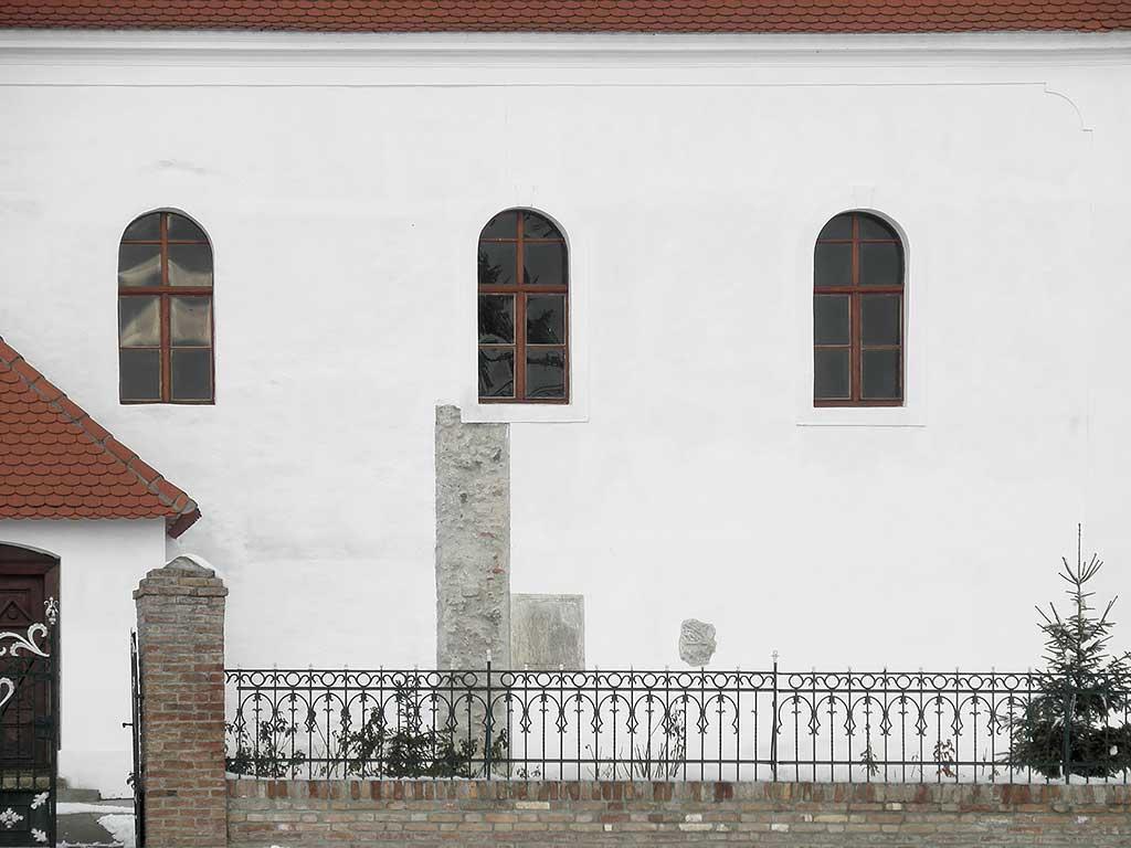 Lug - Rimske spolije uzidane u crkvu (Vukmanić 2014)