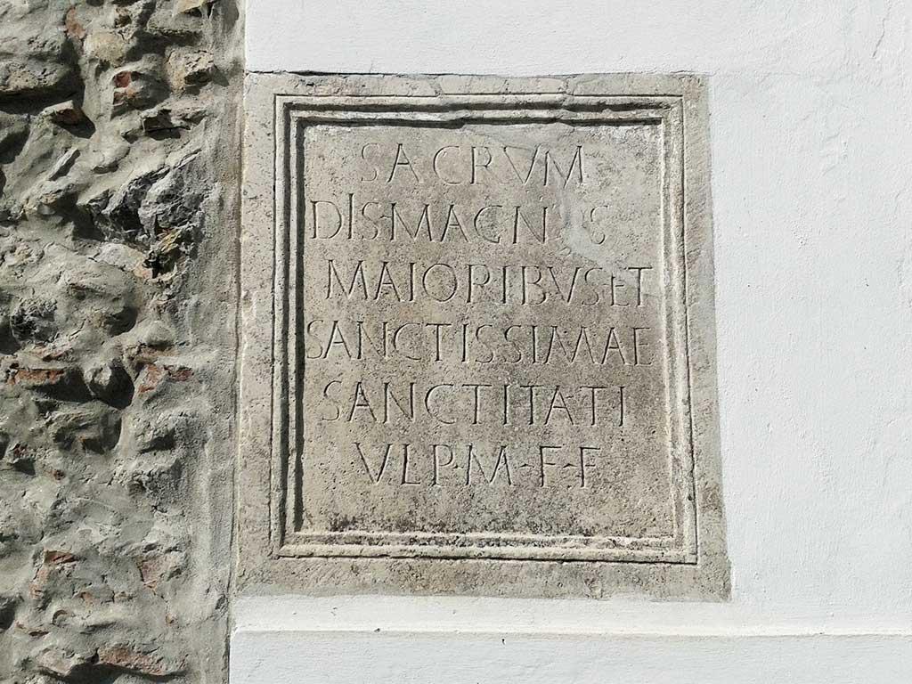 Lug - Rimska spolija u zidu Reformatorske crkve (Vukmanić 2013)