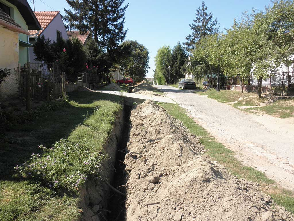 Kopačevo - Setting up pipes for gas pipeline (Vukmanić 2011)
